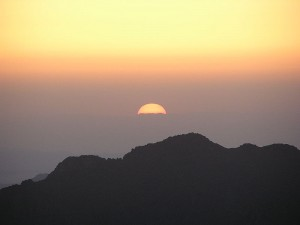 800px-Sunrise on Mt Sinai in Egypt - June2006 - by Mabdalla - public domain
