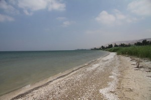 800px-Beach_of_Sea_of_Galilee_in_summer_2011 by Chmee2